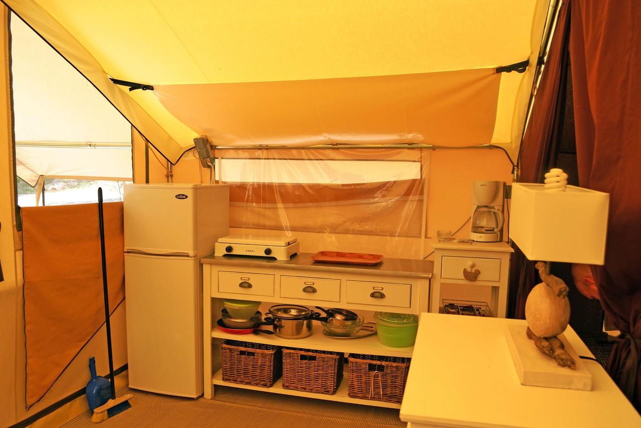 Le coin cuisine avec un réfrigérateur-congélateur
