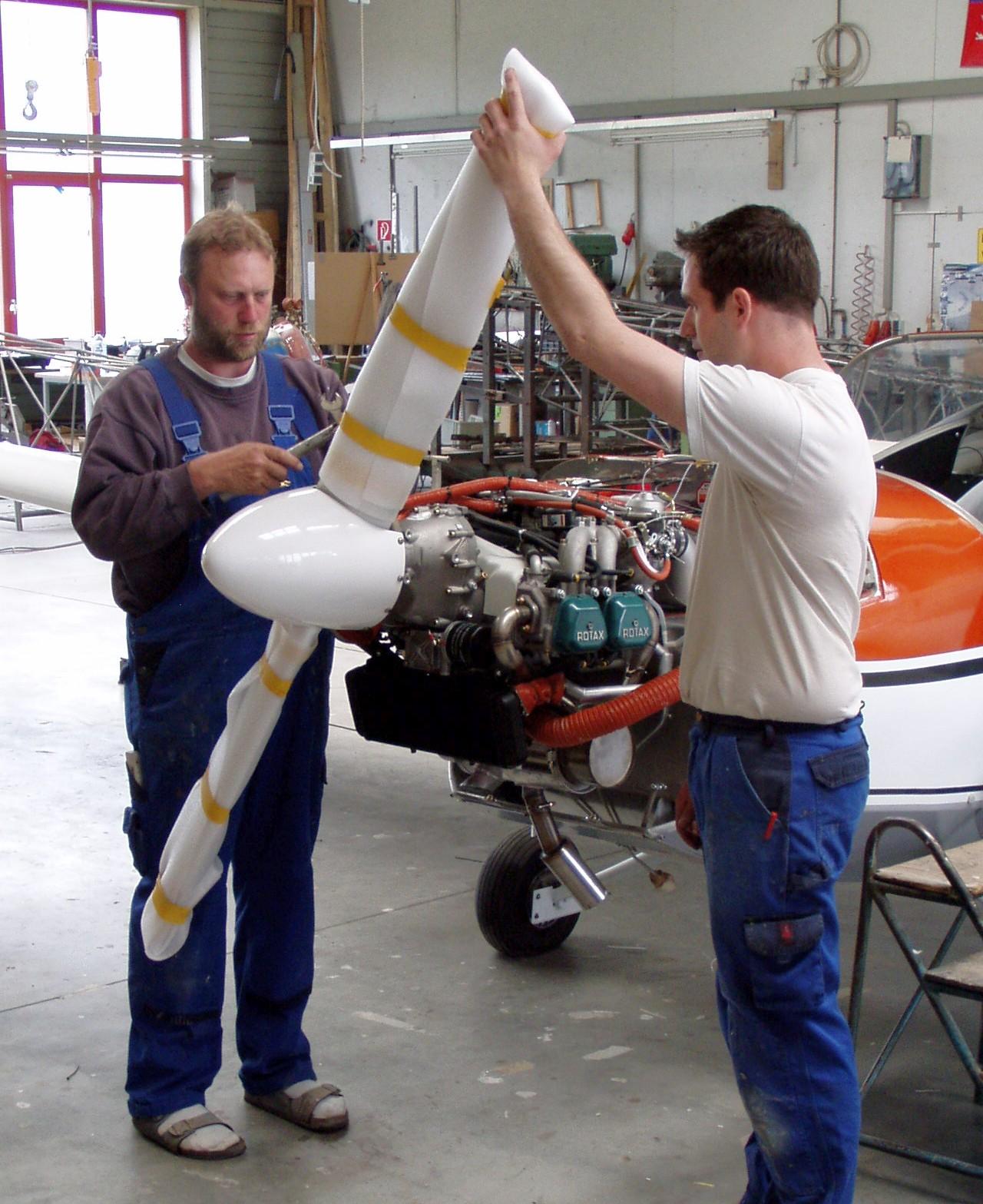 Montage des neuen Propellers (Hartmut Sammet mit Mitarbeiter)