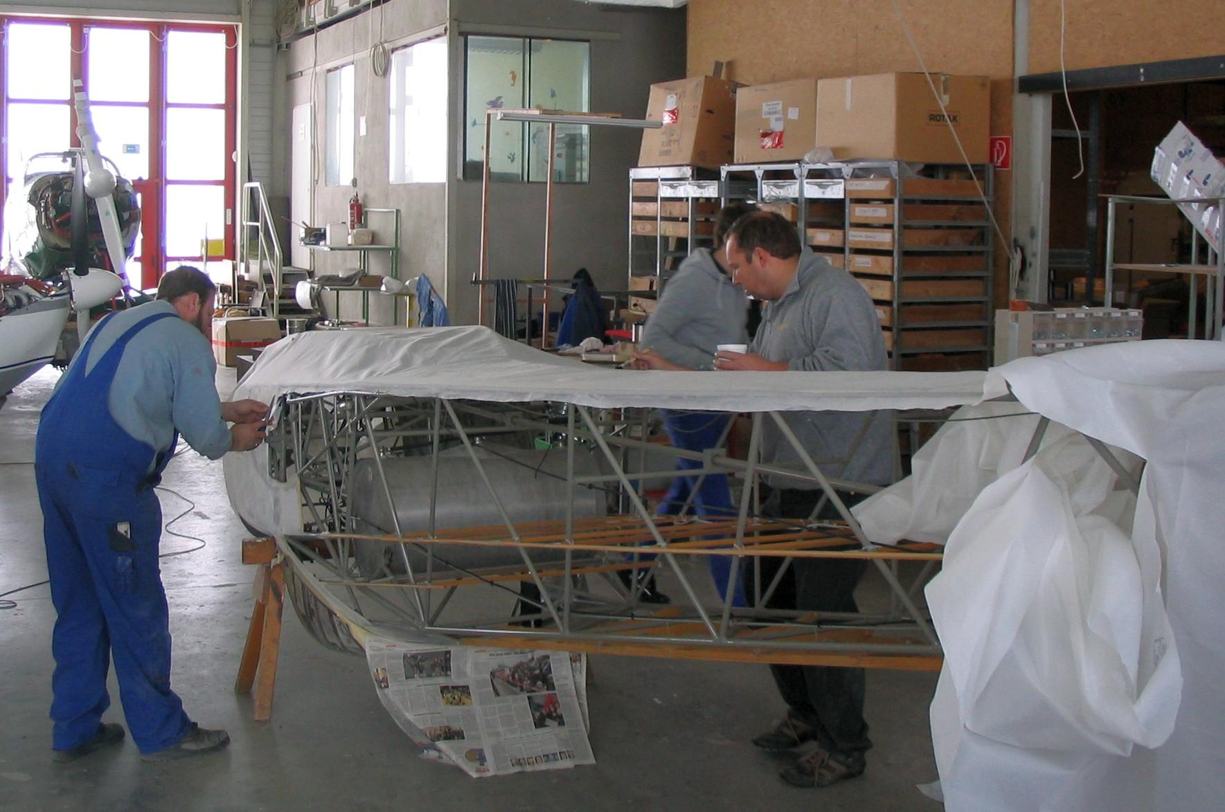 Hartmut Sammet und Jörg beim Bespannen der Rumpfunterseite