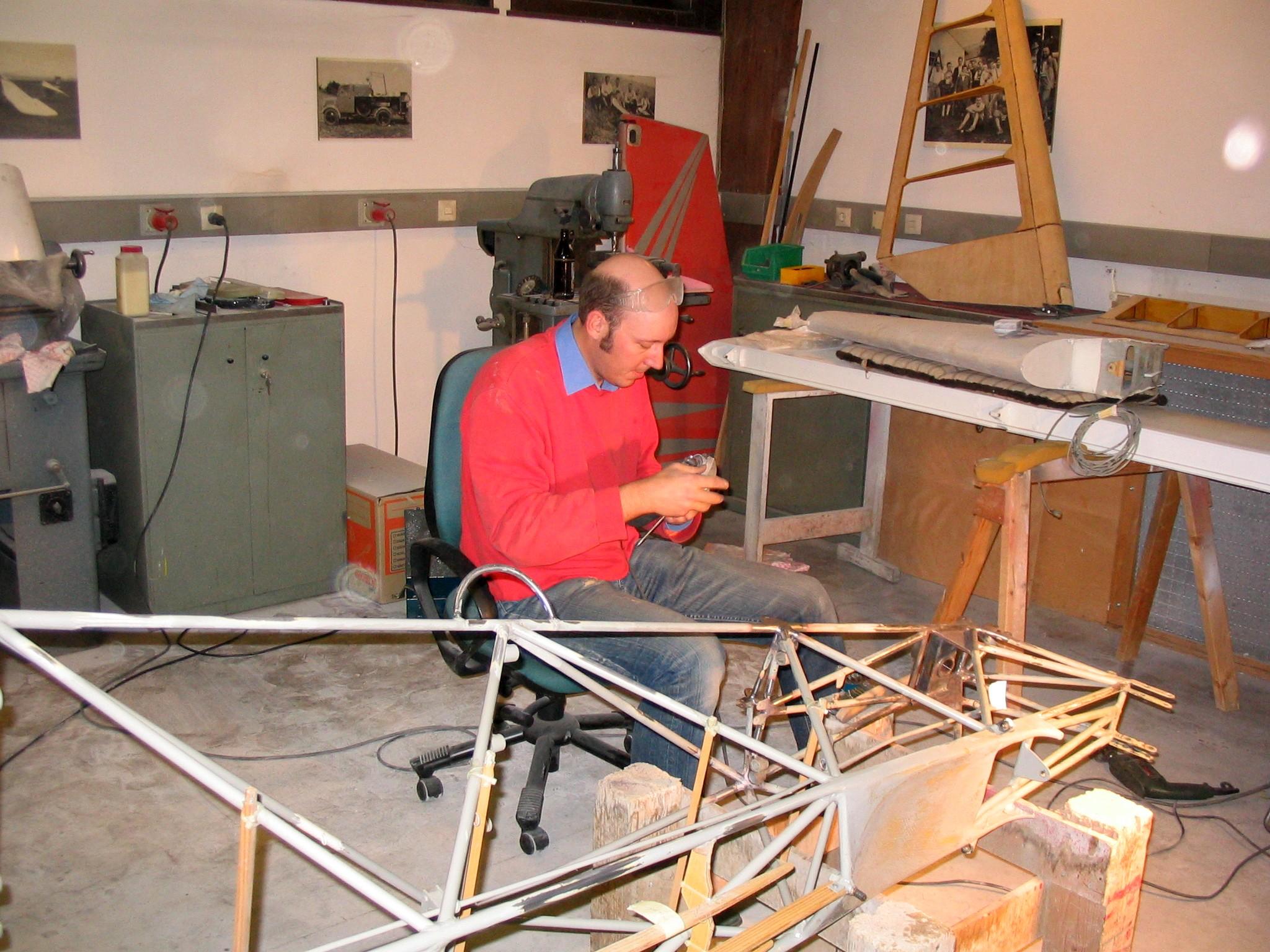 Markus beim Verputzen der Schweißnähte am Rumpfheck