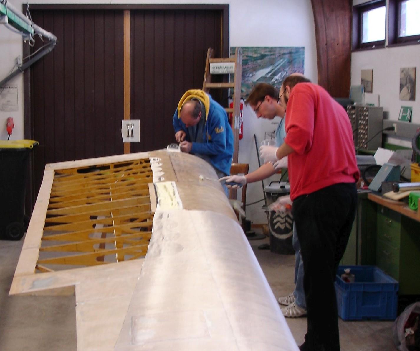 der zweite Flügel wird laminiert (v.l. Jürgen, Sven, Markus)