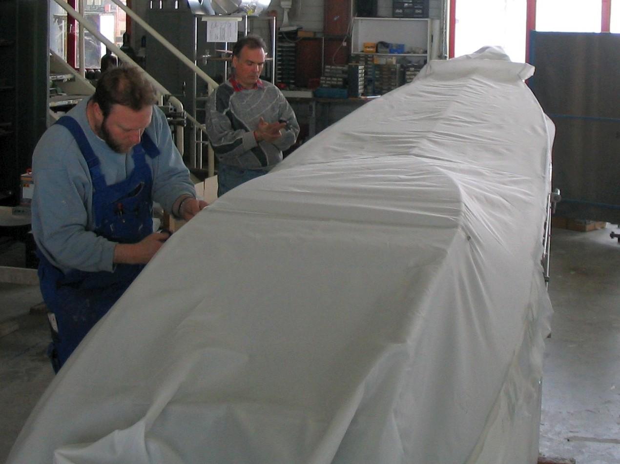 Hartmut Sammet und Thomas beim Bespannen der Rumpfunterseite