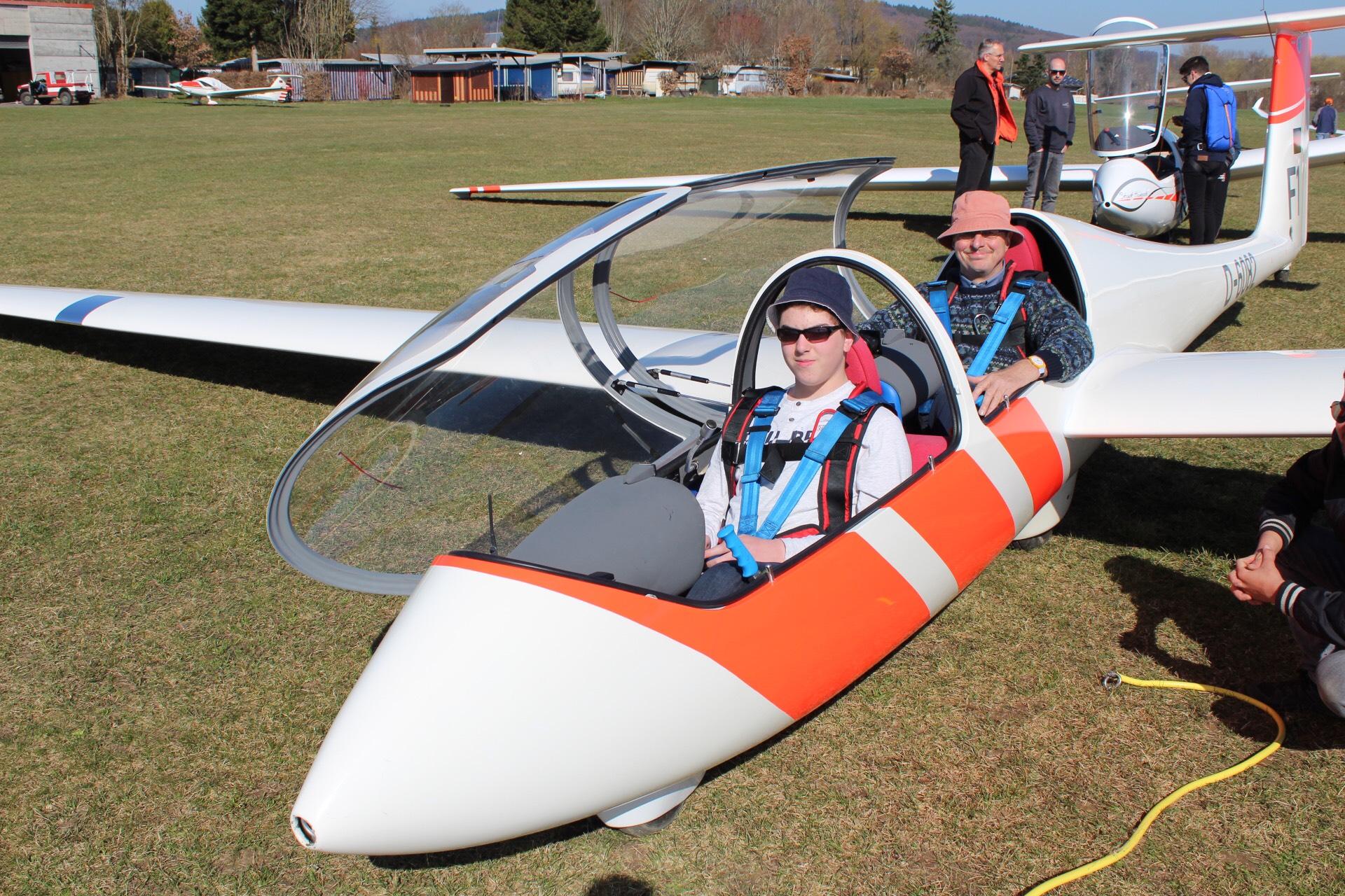 Florian: angespanntes Warten auf den ersten Windenstart (mit Fluglehrer Jürgen)