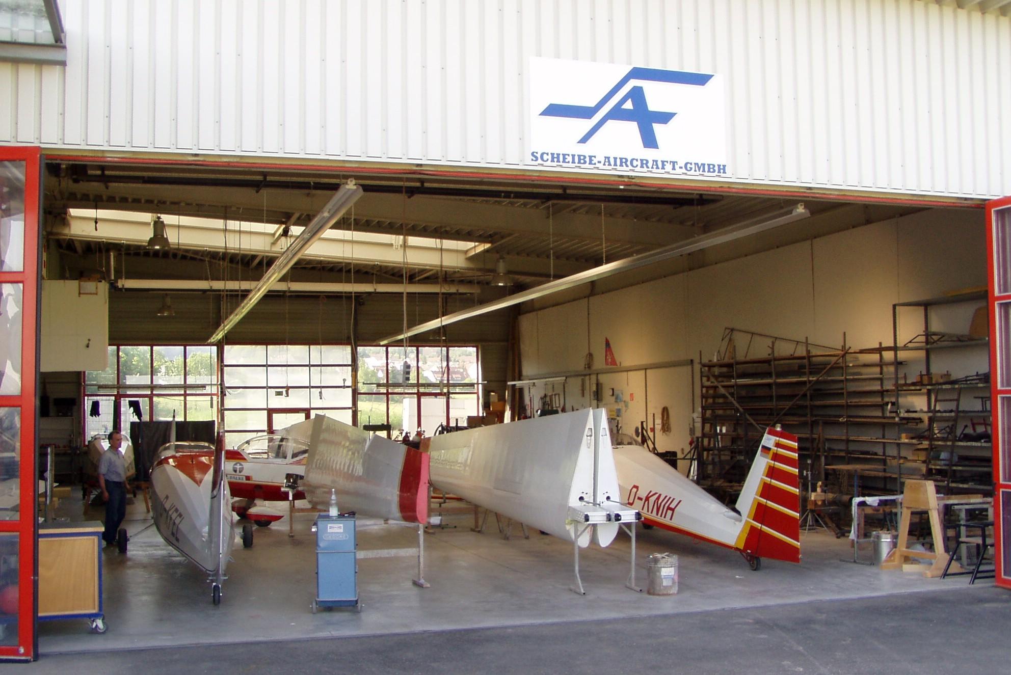 Blick in die Werkhalle von Scheibe Aircraft, links unser Mose