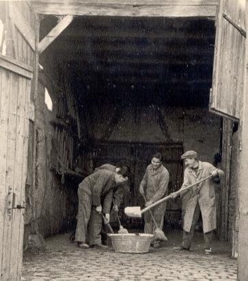 Die Scheuer zum Unterstellen der Werkstatteinrichtung