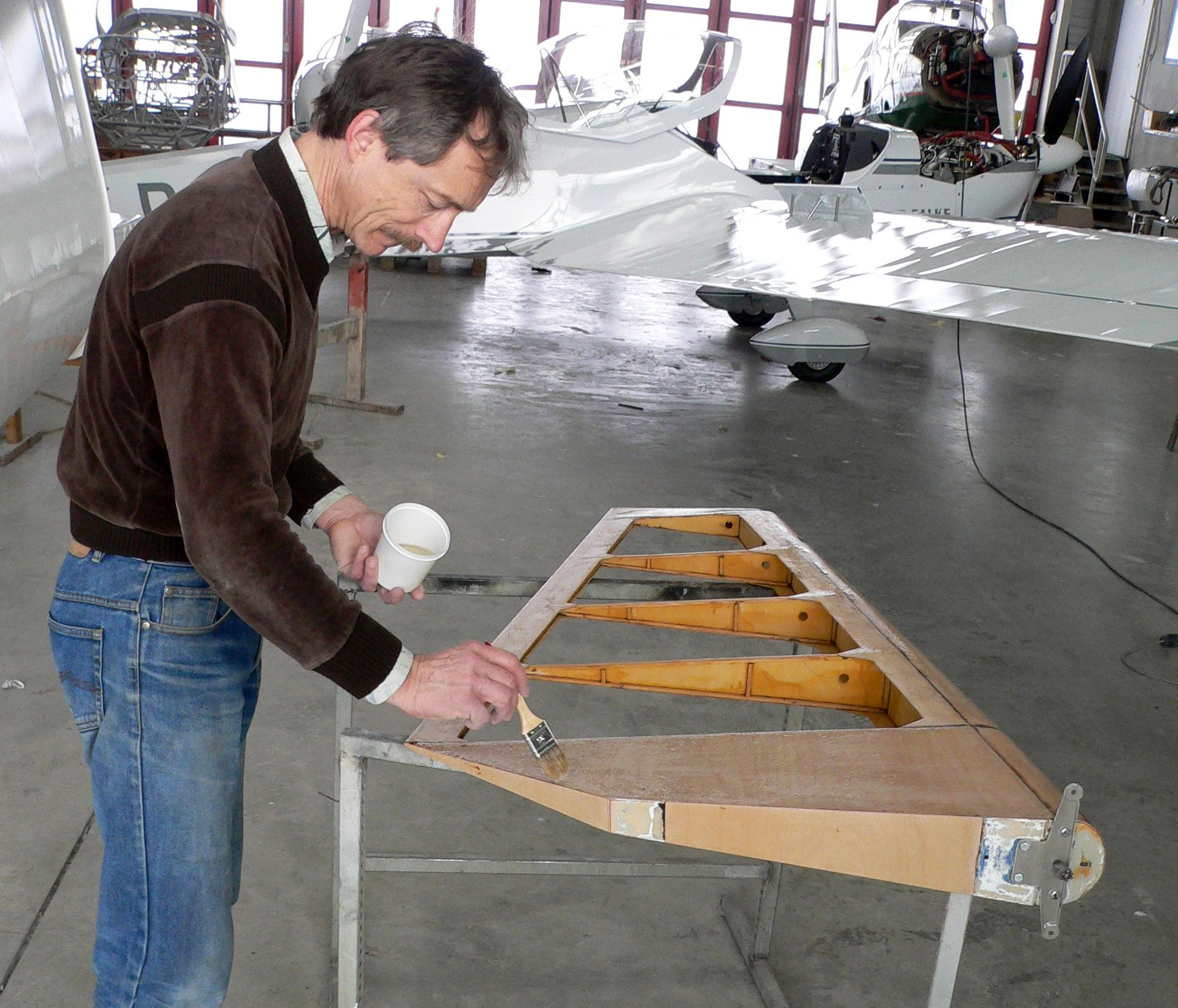 Reinhard streicht Klebelack auf das Seitenruder