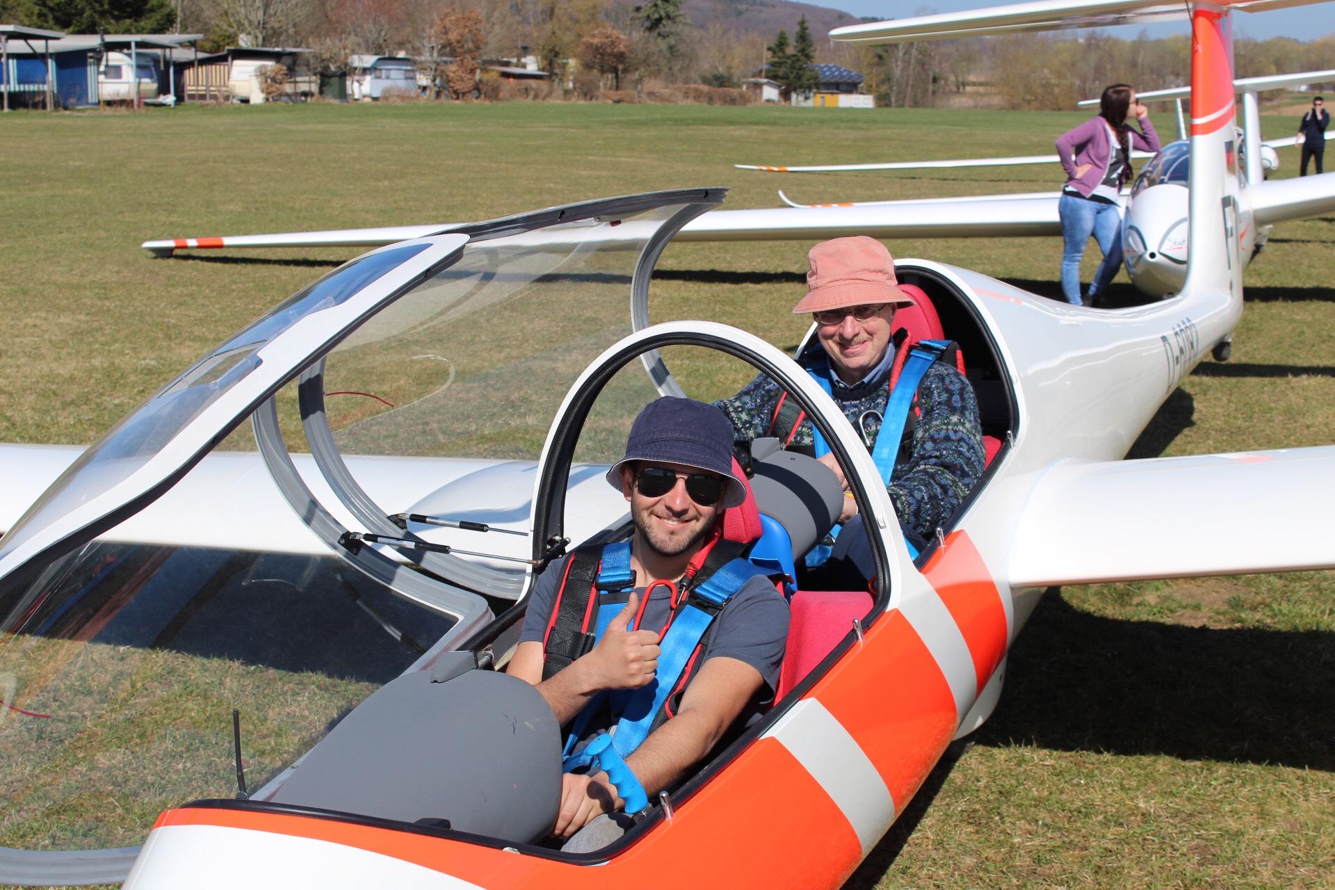 Vorfreude bei Serdil (mit Fluglehrer Jürgen auf dem hinteren Sitz)