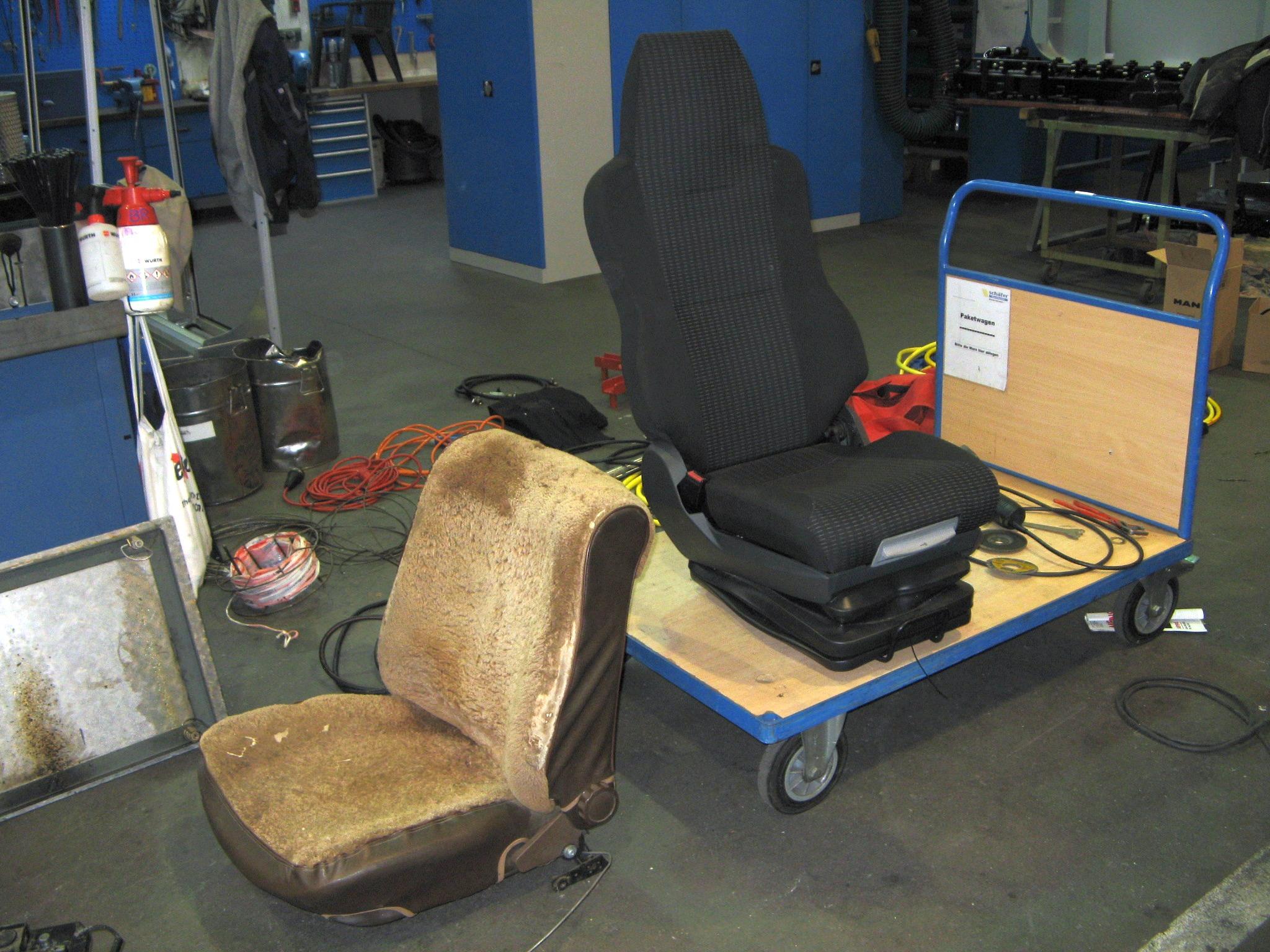 Tausch verschlissener Sitz (li.) gegen neuen LKW-Sitz