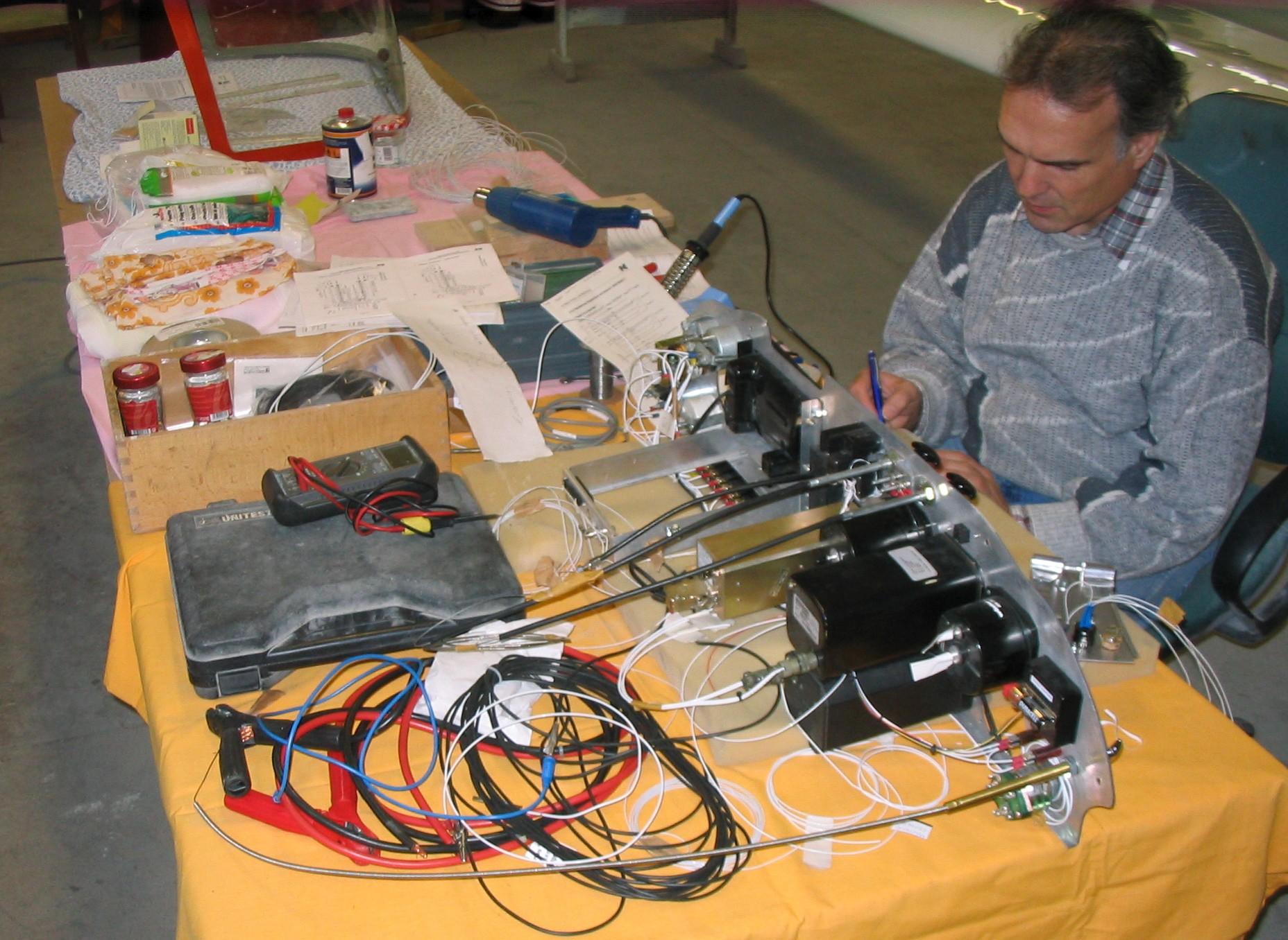 Thomas Finkenberger bei der Verkabelung der Instrumente