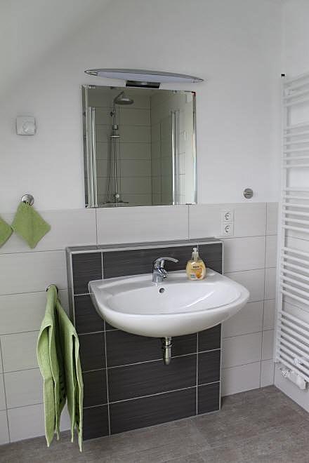 helles Badezimmer mit ebenerdiger Dusche der Ferienwohnung Marschjuwel in Garding an der Nordsee