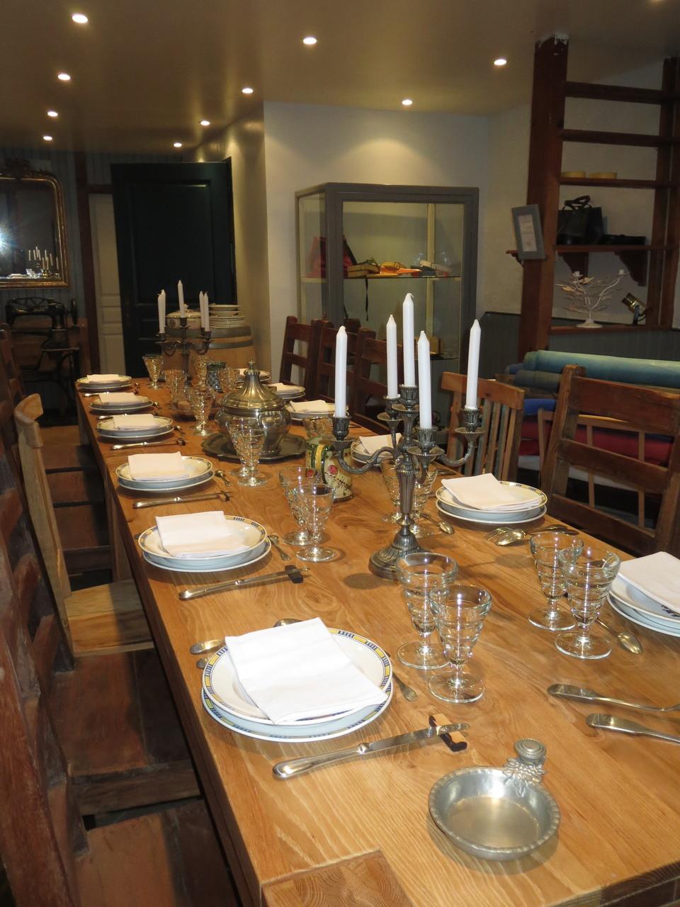 Table d'hôtes dans l'Atelier de maroquinerie BADINE