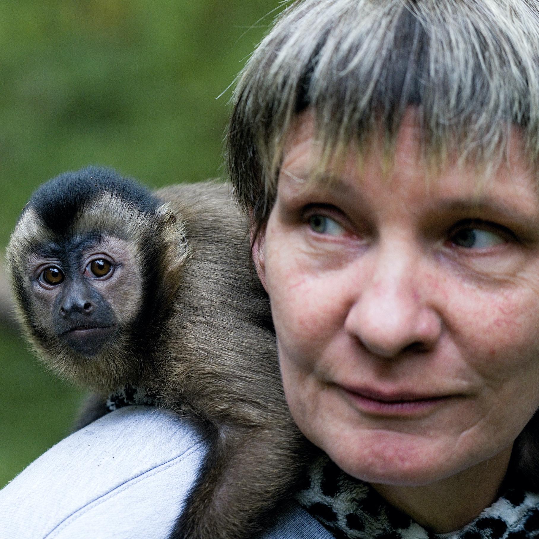Die Tierpflegerin Annett Maaß betreut die Malsessions mit Nola-Nici.