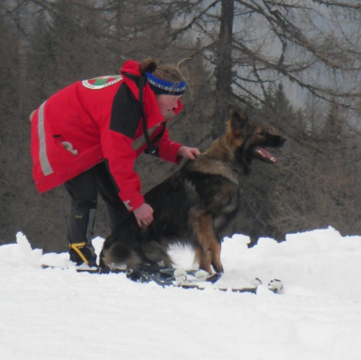 Dr. Anne Roth mit Suchhund