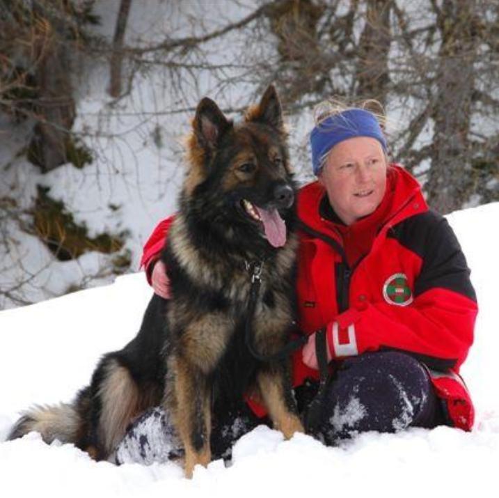Dr. Anne Roth mit Rettungshund