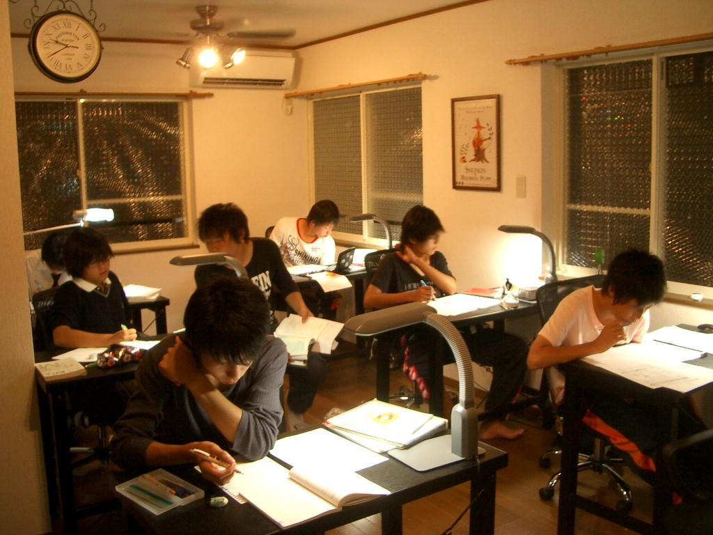 授業風景はこんな感じ。 撮影時この二階の教室は,私を含めて講師2人対受講生5人+自習1人です。