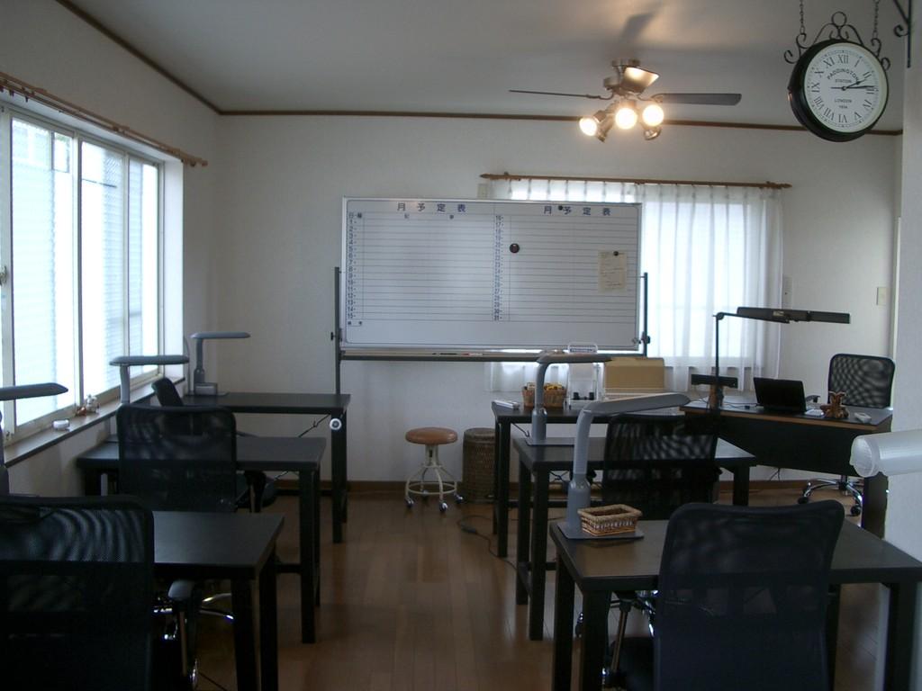 二階教室。 主に高校生用の教室,兼,パソコン動画講座受講室,兼,自習スペースです。