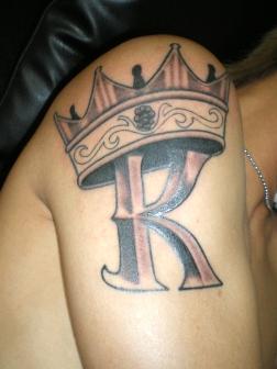 王冠とイニシャルのタトゥー