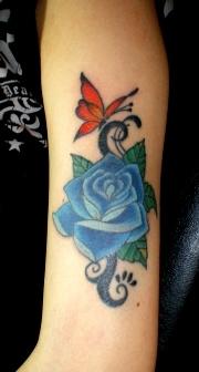薔薇と蝶とトライバルタトゥー