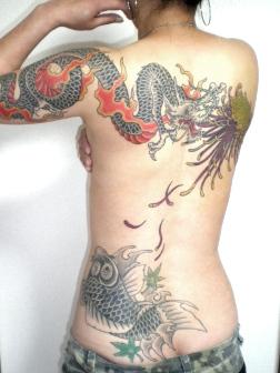 女性の背中に糸菊と龍と鯉刺青和彫り