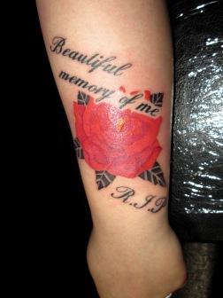 バラとレタリングのタトゥー