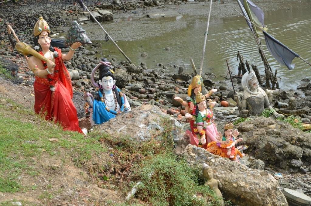 """50 % der 1,3 Mio Einwohner sind Hindus, hier Bestattungen im """"Tempel on the sea"""", Waterloo"""