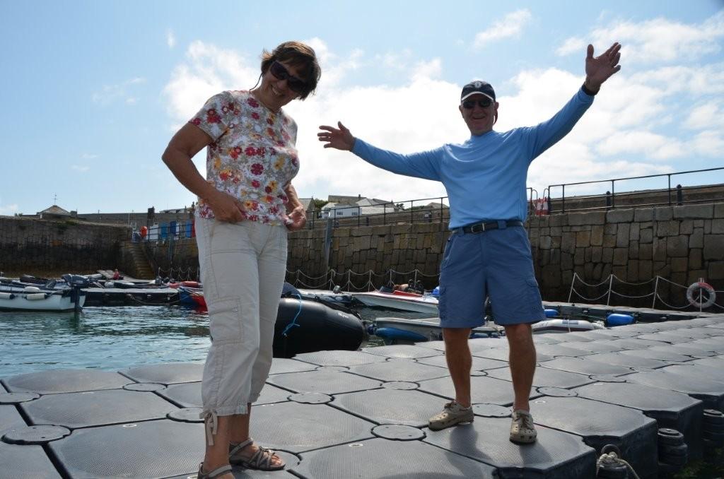 John und Nancy begruessen uns in Hugh Town