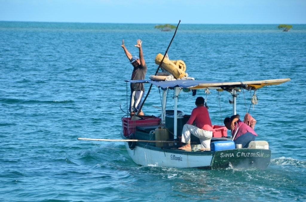 auf diesem winzigen Boot leben drei Brueder