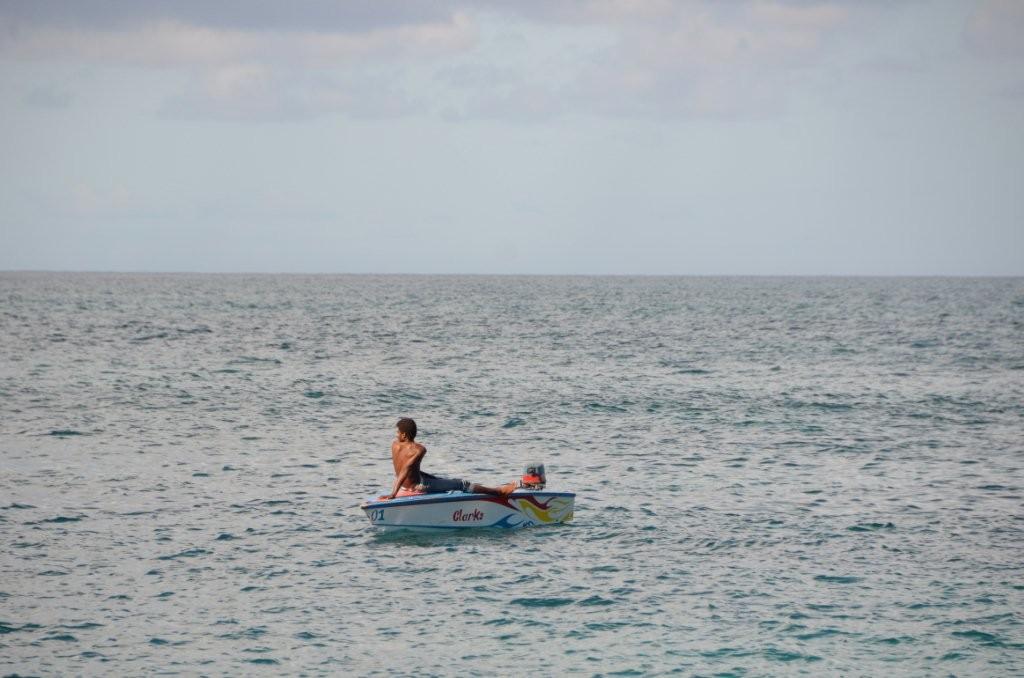 Bootjunge wartet auf Kundschaft