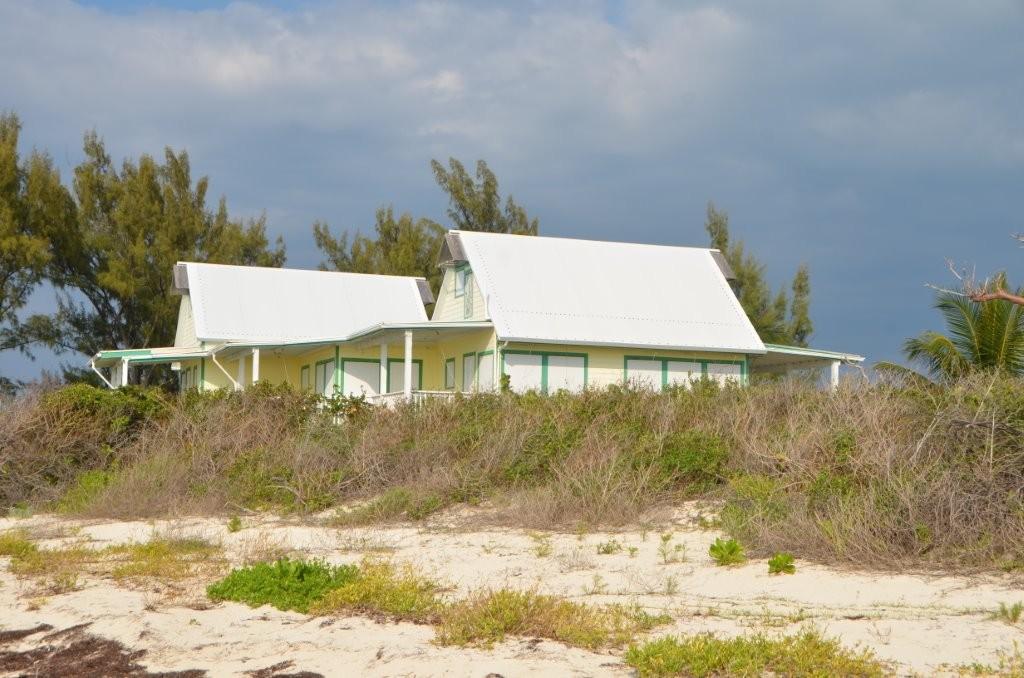 verlassene Ferienhaeuser auf Moraine Cay