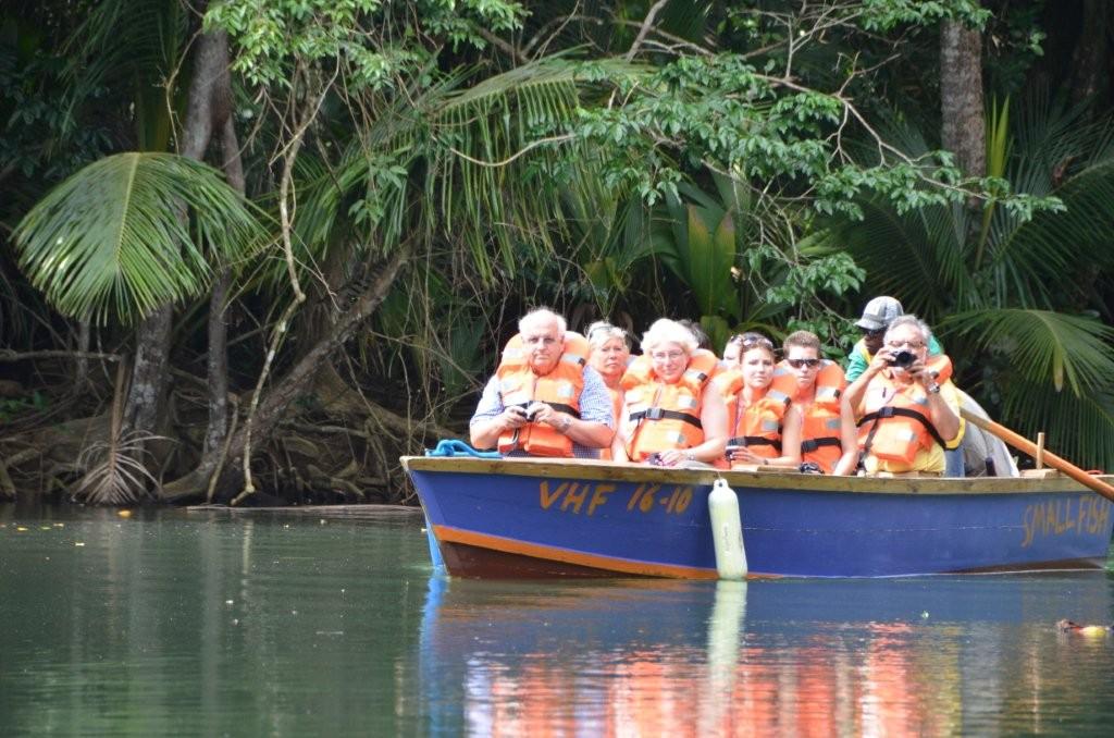 so geht es auch ... Kreuzfahrt-Reisegruppe auf Entdeckungstour / Dominica
