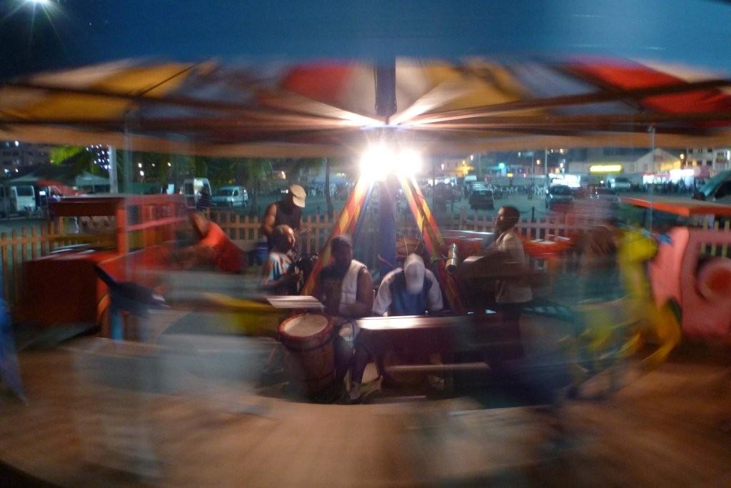Strassenmusiker mit handbetriebenem Karussel