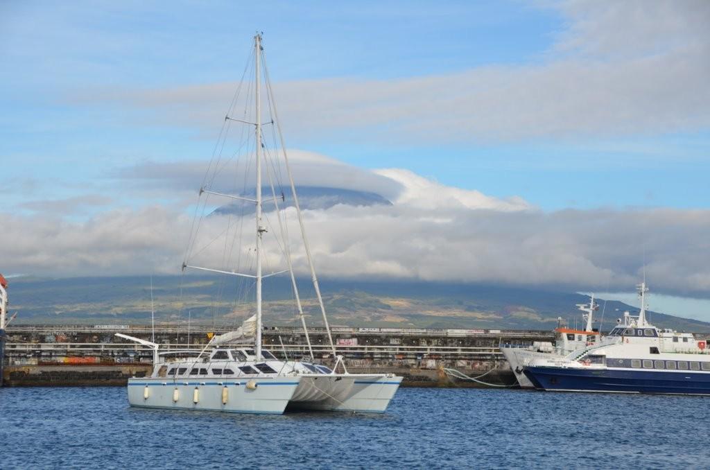 im Hintergrund der Pico, hoechster Vulkankrater der Azoren