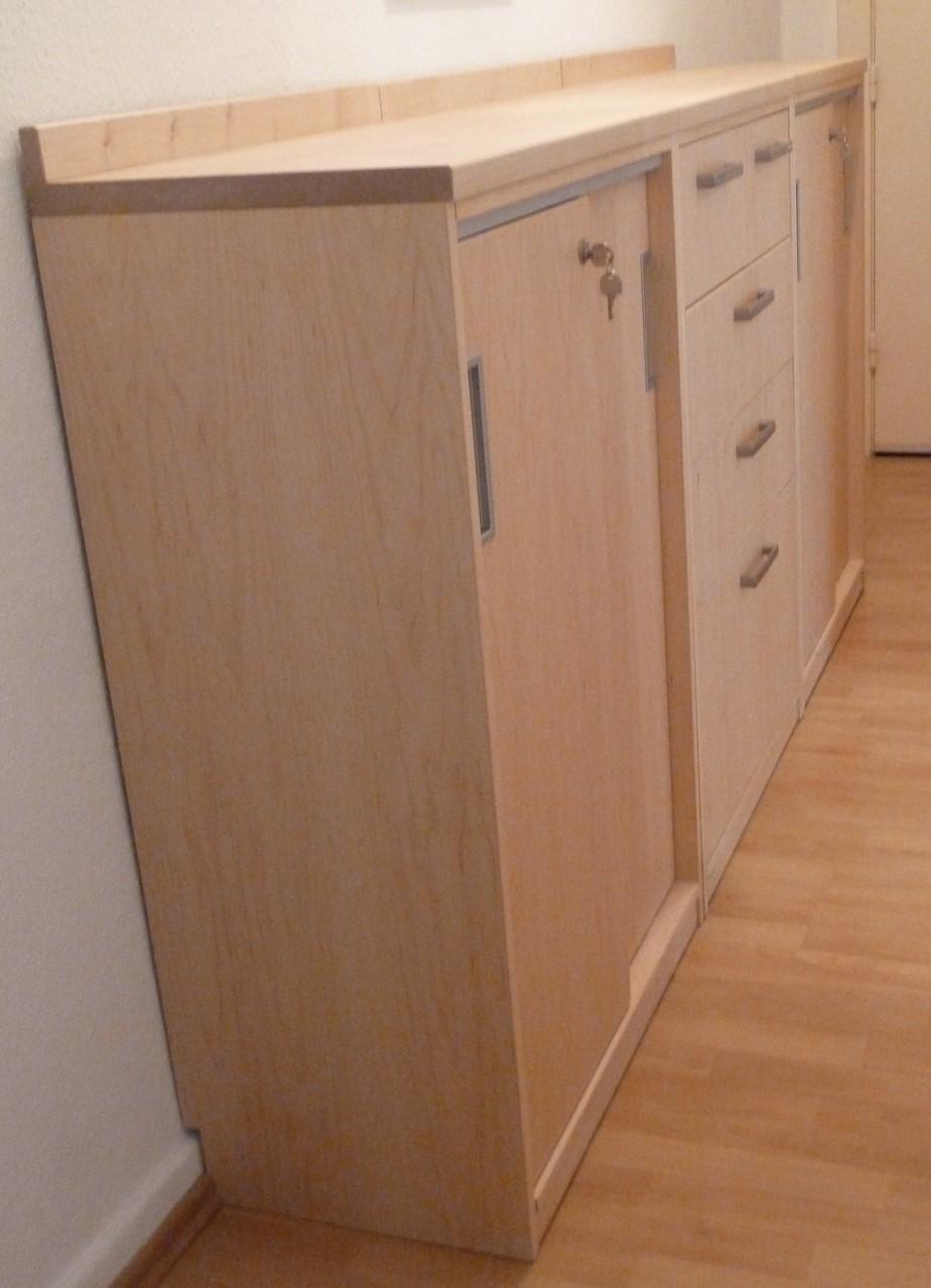 drei aneinander gestellte Sideboards aus Ahornholz