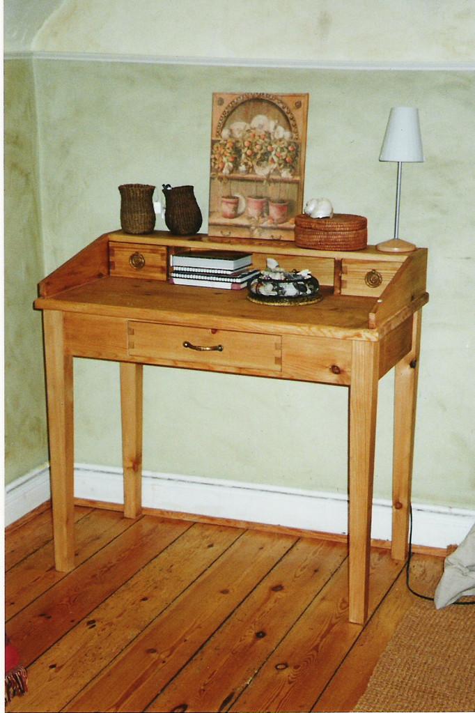 kleiner Schreibtisch in Kiefernholz, old style