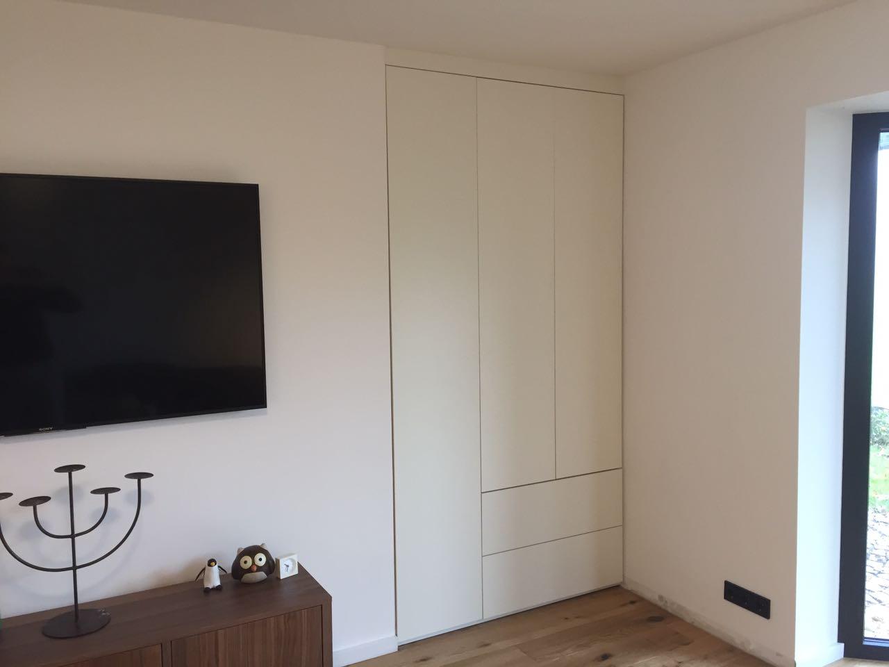 Wohnzimmerschrank , Raumteiler, schlicht weiss matt Fronten mit großen Schubkästen, push to open