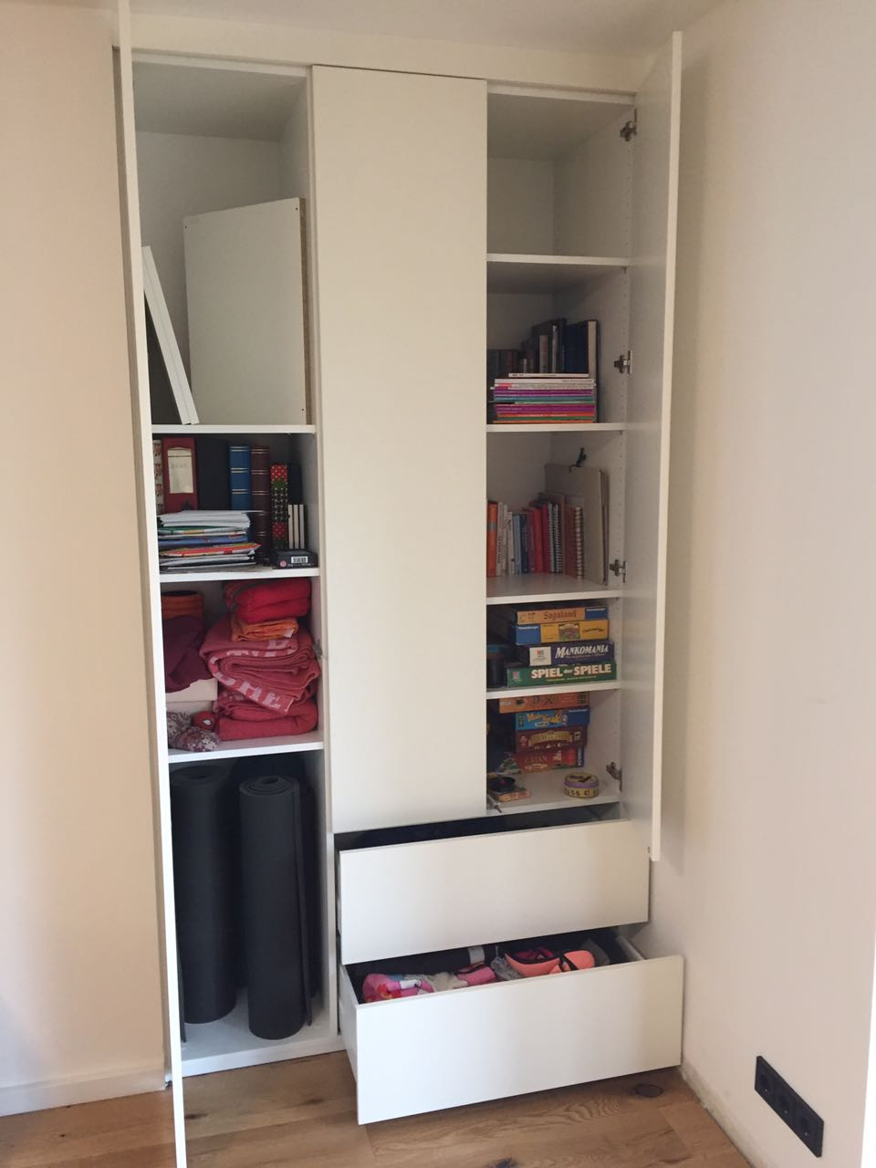 Wohnzimmerschrank , Raumteiler, schlicht weiss matt mit großen Schubkästen, push to open