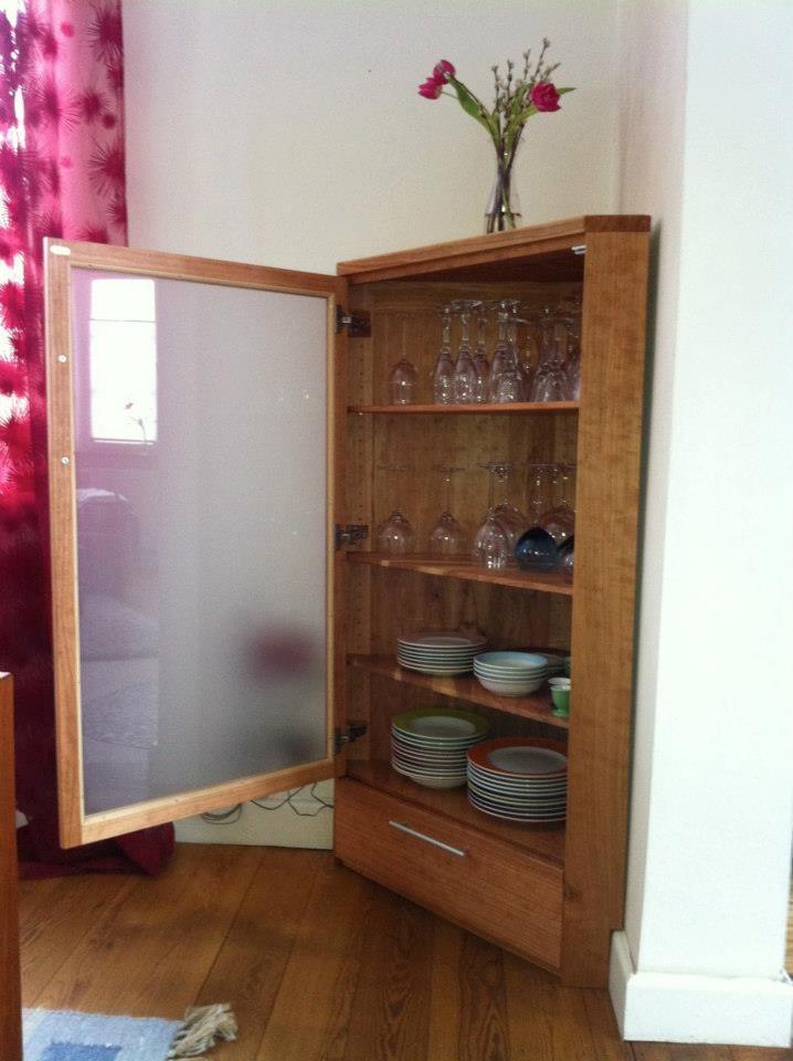 Eckvitrine aus Kirschholz mit satinierter Glastür