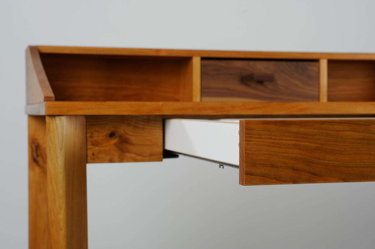 Schreibtisch aus Kirschholz, Schublade mit Pushöffnung