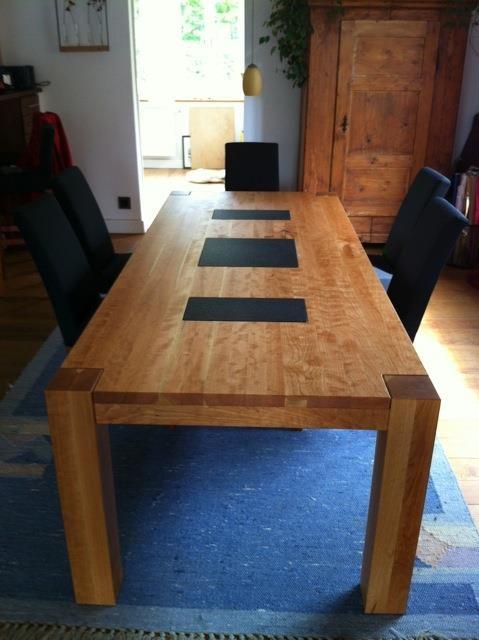Esstisch aus Kirschholz mit Einlagen aus schwarzem Granit