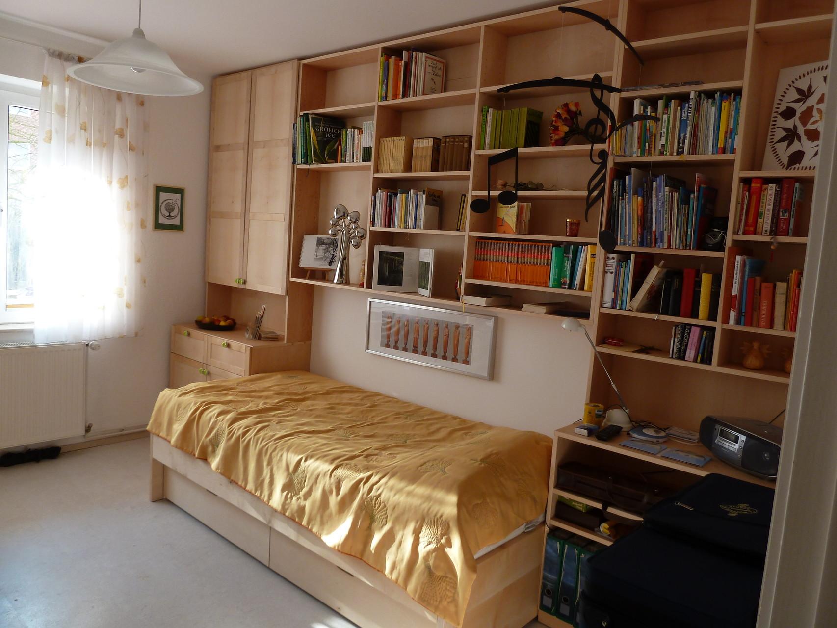 Regalwand mit integriertem Bett, Ahornholz-lackiert