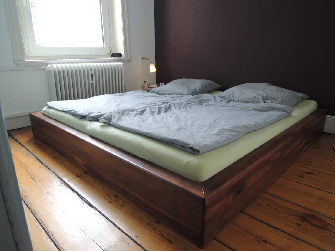Bett aus amerik. Nussbaum, 2,0 x 2,0 m , Oberfläche geölt