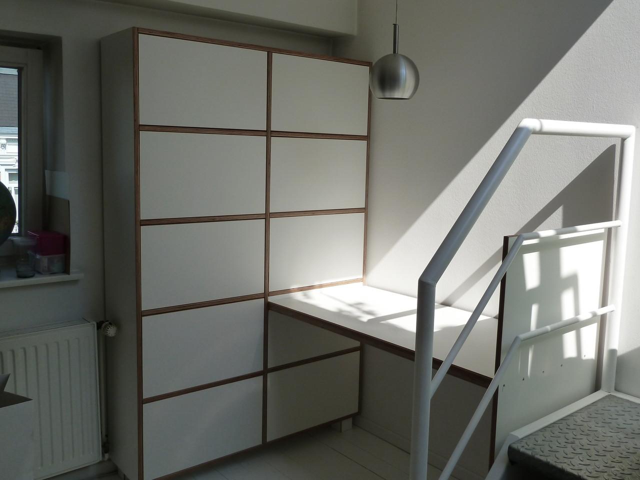 Schreibtischecke mit Schrank-Fächer, push to open Öffnung, Material: Multiplex-weiß beschichtet