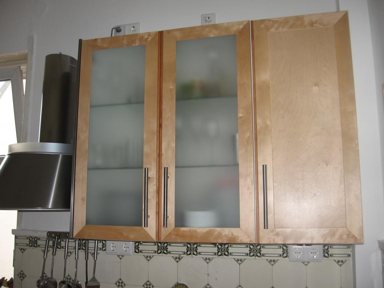 Oberschränke , Birkenholzfronten mit satiniertem Glas