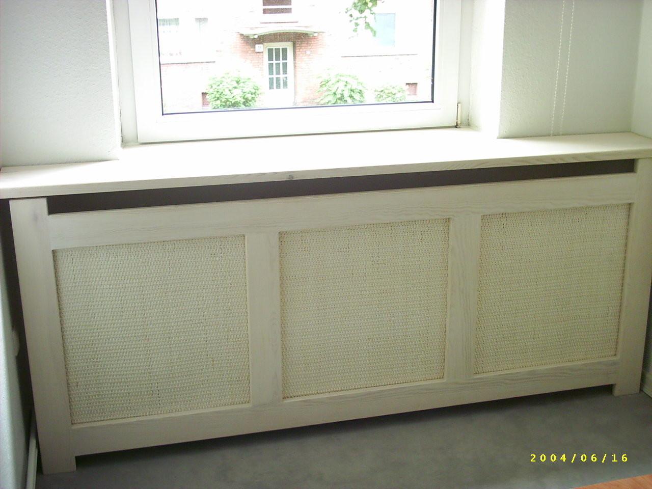 Fensterbank und Heizungsverkleidung, weiss mit Peddigschienengewebe