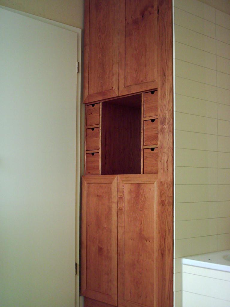 Badezimmerschrank aus Kirschholz