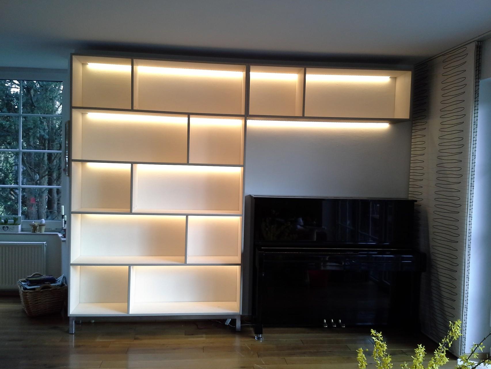 Regalwand aus Birke Multiplex, weiß-grau geölt, mit Licht