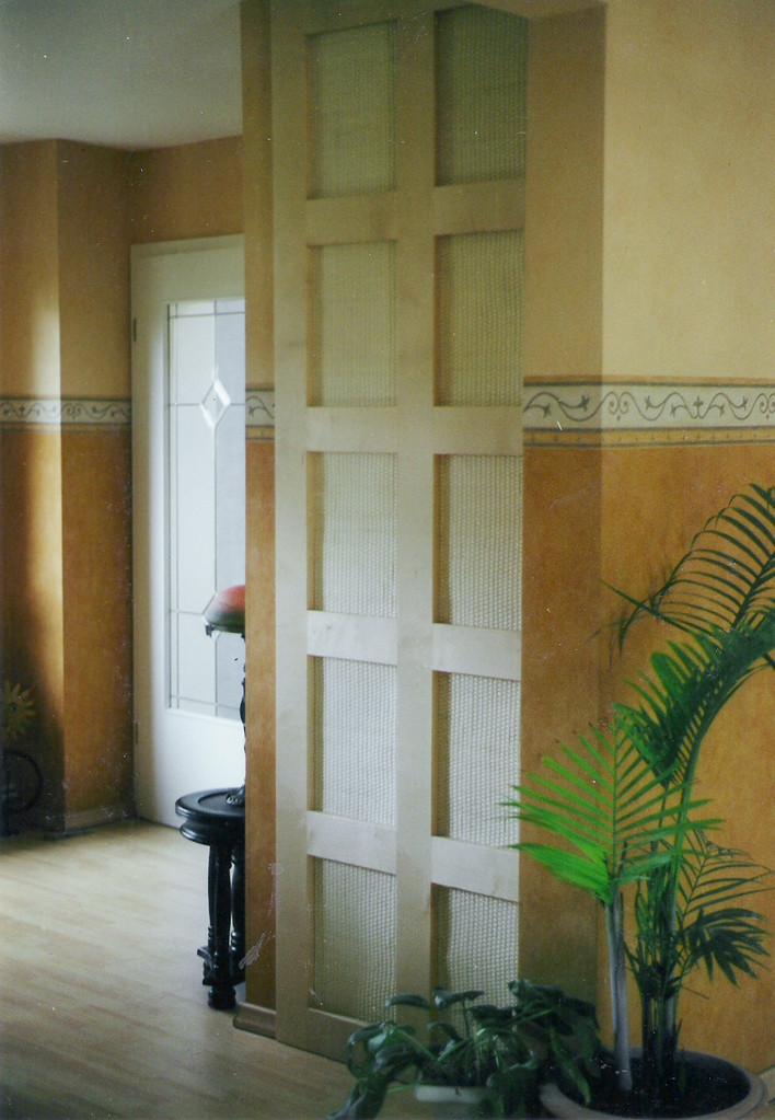 Türfront für einen Abstellraum , Ahornholz mit Peddigschienengewebe