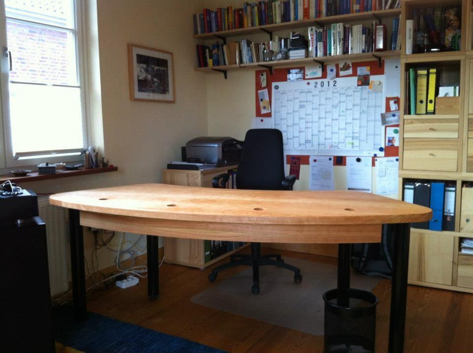 geschwungene Schreibtischplatte aus Kirschholz