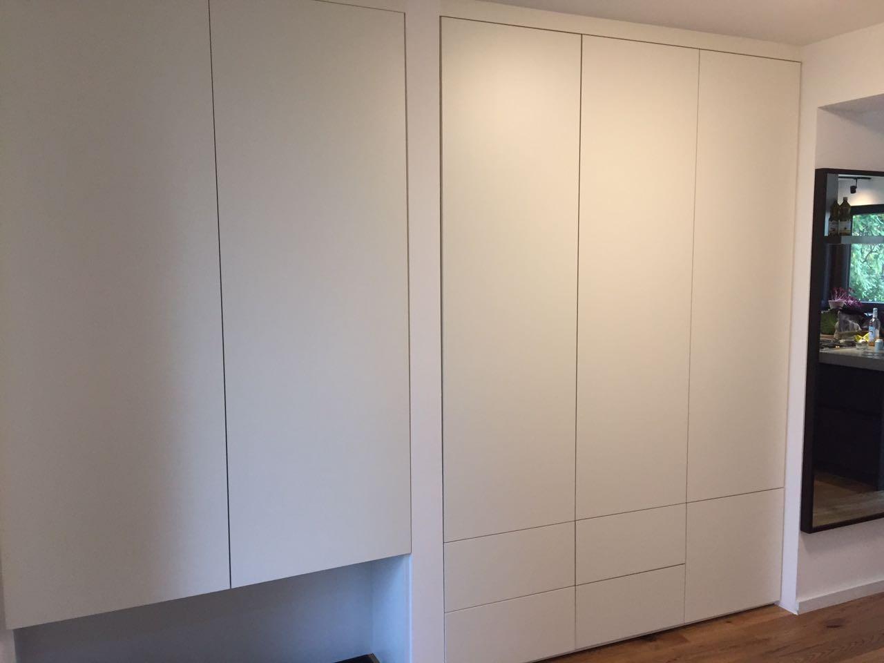 Einbauschränke für Stauraum, schlichte weiss matt Fronten, Garderobe , Push to open