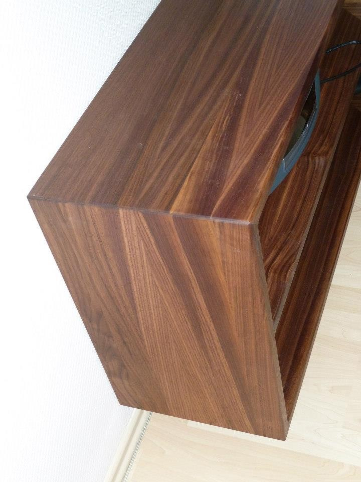 Sidebord über Eck aus Nussbaumholz, naturgeölt